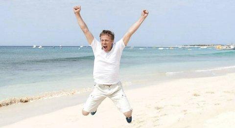 Gunnar Garfors (37) fra Naustdal jubler på en strand i øysamfunnet Kapp Verde.
