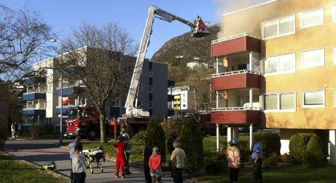 Det brenner i denne blokken i Fyllingsdalen. Leiligheten i 3. etasje er full av røyk.