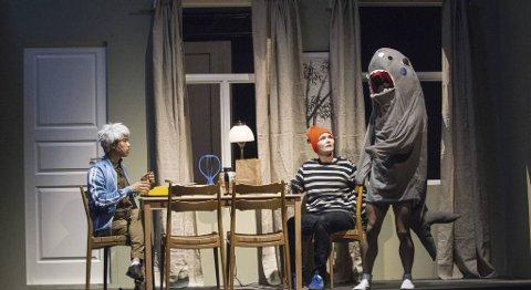 Tittelfisken «Coelachanth» er ikke så mye med, men her gjør den en liten gjesteopptreden. I scenen også Huy Le Vo og Yvonne Øyen.