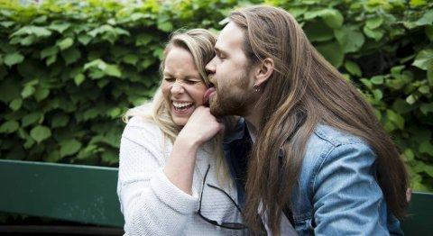 Eirik Søfteland gir kjæresten Mia Lindborg et realt hundeslikk på kinnet til ære for fotografen.