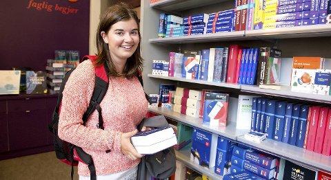 Maren Ørjansen (20) kjøper pensumbøkene sine i butikk. Hun skal begynne på førsteåret av lærerutdanningen ved NLA.