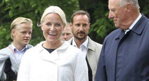 FORVENTNINGSFULL: Kronprinsessen i strålende humør da hun ankom egen bursdagsfeiring.