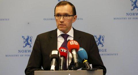 Espen Barth Eide under søndagens pressekonferanse.