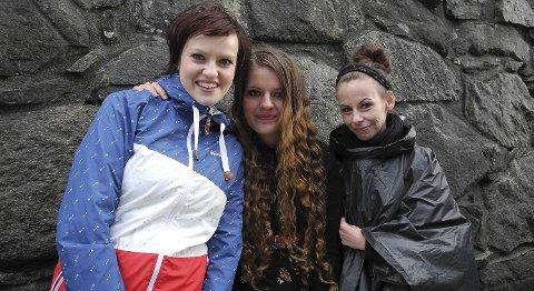 Tyske Janin Nimte og Karoline Doil synes Kaizers er det beste livebandet de har sett. Islandske Eva Arnardottir (t.h.) ville ta siste dans med Kaizers.