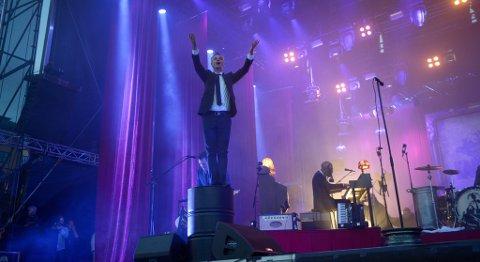 - Hallo Bergen og Koengen, ropte Janove Ottesen fra scenen.