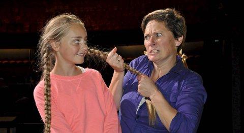 Kjersti Elvik som den tyranniske barnehjemsbestyreren Miss Hannigan, og Mathea-Mari Glittenberg i tittelrollen som Annie.