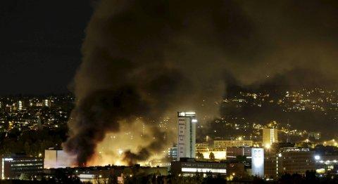 Det brenner kraftig i et industriområde på Økern i Oslo. Bilopphuggerfirmaet Brødrene London holder til i området.