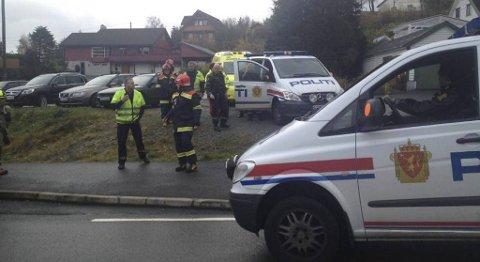 Politiet på Tysvær aksjonerer ved en bolig etter en bombetrussel mandag ettermiddag.