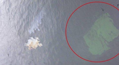 Bildet viser den nedsunkne båten sett fra overflaten. Den lekker olje.