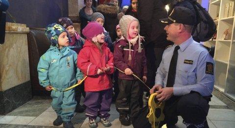 Politioverbetjent Roar Fosse gikk først med målebåndet. Som assistenter hadde han med seg Stefan, Anna og Emilie fra Mathopen barnehage.