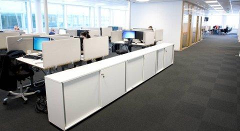 Stig Rusti i Fourstep påpeker at forskjellene mellom åpne landskap og cellekontorer ikke var like store for medarbeidere som i hovedsak jobber med rutinearbeid, slik som her på kundesenteret på det nye hovedkontoret til DNB i Solheimsviken.