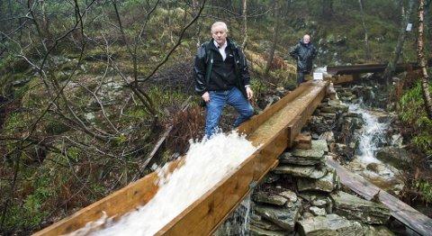 ldsjelene Kjell Lervik (til venstre) og Eyvind Hartvedt ved starten av vannrennen de har fått bygget. Den viser med all tydelighet hvor viktig det må ha vært for dem som drev mølledrift å få utnyttet vannkraften som kommer fra fjellsiden. I stedet for at vannet tok den naturlige veien til Langedalen og Eidsvåg mølle, sørget vannrennene for at vannet havnet i Munkebotsvannet og dermed i Meyer-familiens mølle i Sandviken.