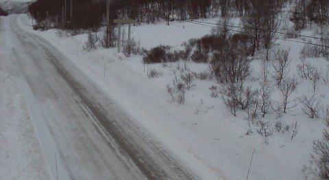 E16 på Filefjell klokken 0950 onsdag: Veien er åpen, men Statens vegvesen advarer mot isdekke og glatt vei.