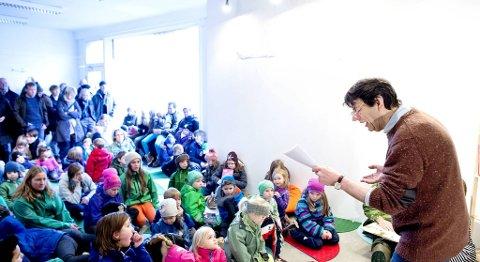 Helge Jordal stilte lørdag opp for Inititativ:Laksevåg og leste høyt for barna fra boken «Den lille Prinsen». -Pass godt på bydelene, det må jo være tilbud for ungene der de bor, sier han.