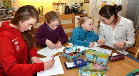 «Er det to m-er i mamma?», spør Tomine storesøster Mathilde. Søstrene Fjellbakk Solheim lager morsdagskort. Fra venstre: Marikken (15), Thea (11), Tomine (6) og Mathilde (12).