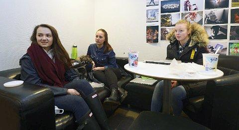 Akademiet-elevene Ingvild Jacobsen, Tonje Elen Knoph og Ida Tøsdal er sjokkerte over at deres skole er en av de politiet aksjonerte mot.