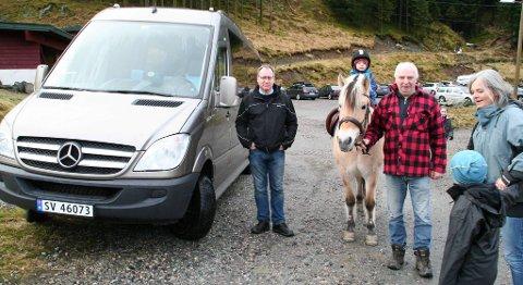 Tom Halland Kristiansen vil starte privat bussrute for å få åsabuer til fjells. Robert og Liv Berentsen som driver Sætregården er positive til tiltaket. Her med barnebarna sine Mats (2) og Jakob (6).