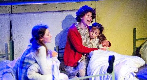 Marthe Næss Iversen imponerte med sin sterke og klare stemme som barnehjemsjenten Annie.