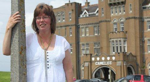 Bergensforfatter Monika Nordland Yndestad skriver både krim om journalisten Alice og en romanserie om en jente på fyrstikkfabrikk. Her avbildet i Cornwall, der hun ofte drar for å skrive.