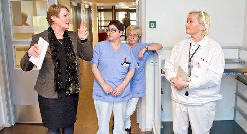 Helsebyråd Hilde Onarheim (f.v.), hjelpepleier Nayade Cahcon og avdelingssykepleier Kjersti Tollefsen er alle fornøyde med at de nå får prøve ut ordningen med 13-timers helgevakter.