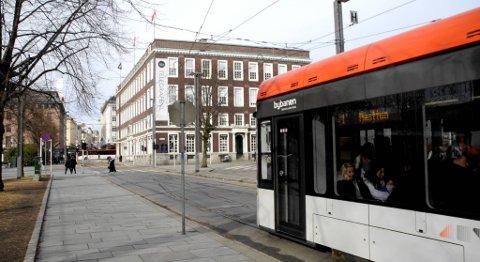 Frps forslag er å lage et stort system i dette området med flere spor, slik at Bybanen kommer inn hit, vender her, og kjører opp Peter Motzfeldts gate.
