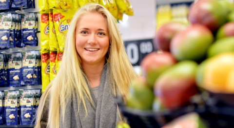 Å plassere frukt og grønt i et åpent område nær inngangspartiet, er ifølge Robert Ingvaldsen ved Handelshøyskolen BI en vanlig strategi for å øke salget               i butikken. Ida Bjerkenes Hanssen (22) lar seg friste av de sunne varene.
