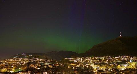 Flott nordlys over Bergen natt til mandag.