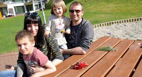 Sara Bell og Mikkel Grüner og barna Bella og Falk. I tillegg                         har Mikkel Ask på 14 år, som ofte er hos familien hjemme i Løvåsen.