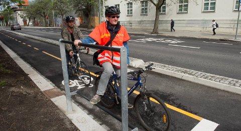 Frode Moen Aarland, gang- og sykkelansvarlig i Bergensprogrammet, tester den nye fothvileren.