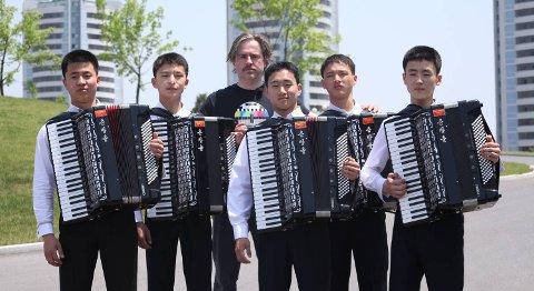 Morten Traavik har også spilt inn a-ha-låter med unge trekkspillere fra Nord-Korea. 22. mai er det premiere på hans «Kardemomyang» på Festspillene.