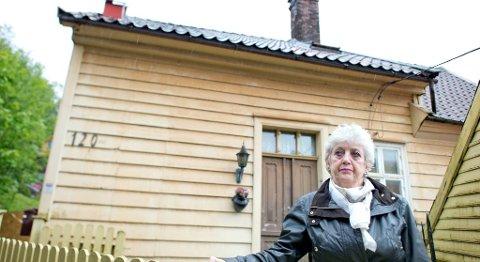 Berit Walde (75) har forhandlet med og kjempet mot Jernbaneverket i over to år for å få lov til å beholde huset sitt i Kalfarveien når det skal demonteres og flyttes til en tomt 20 meter unna for å gi plass til dobbeltsporet gjennom Ulriken. Nå skal hun kastes ut av huset.