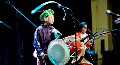 Et hel-koreansk innslag med tradisjonelle trommer fra regionen, fremført av ensemblets yngstemann og storsjarmør, endte med trampeklapp fra jevnaldrende bergenselever.