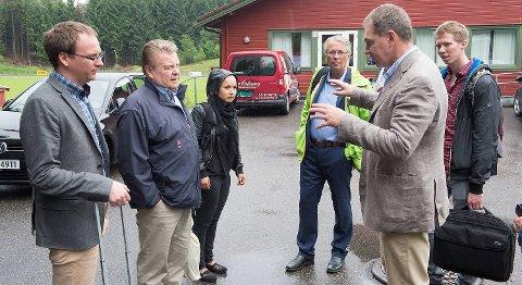 Idrettspresident Børre Rognlien (nummer to fra venstre) var en av dem som var med på feiringen på Inge Andersens hjemmebane.