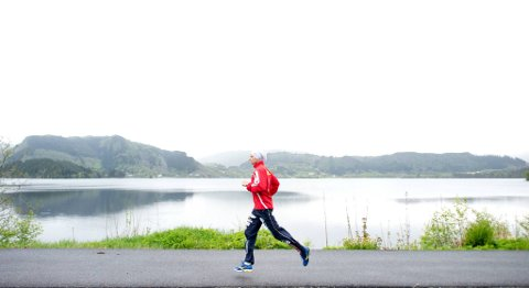 Bjørn Tore Kronen Taranger trives godt når han løper rundt Kalandsvannet ikke langt unna hjemstedet.