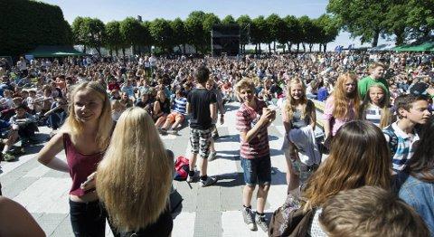 Det var godt med ungdommer på Plenen i det steikende solskinnet.