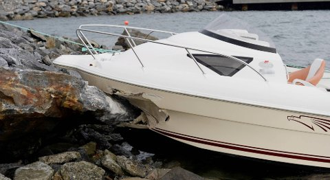 Promille til sjøs er ofte medvirkende årsak  til  ulykker. Denne båten ble stjålet og var involvert i en krasj på Askøy tidligere i juni. Politiet mistenker promillekjøring.