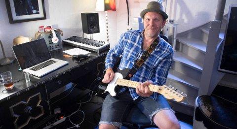 I kjelleren har Bjarte Aasmul sine instrumenter; som inkluderer et par el-gitarer, akustisk gitar, dobro og bouzouki, i tillegg til en sofa og en svær TV, der ungene også liker å kose seg.