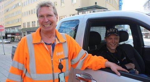 Ketil Ødegaard og Markus Handeland i Bergen Bydrift på jobb. Arbeidsdagen deres starter klokken fire om morgenen. Her har de nettopp tømt Tårnplassen for boss.