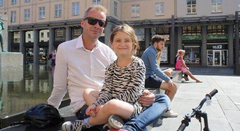 Viggo Sogn og datteren Lea (6) er ikke begeistret for bosset som flyter i byen i helgene.