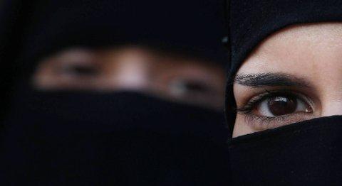Frankrike ble i 2011 det første landet i Europa som forbyr slør som dekker ansiktet, såkalt niqab. Dette bildet er tatt under en demonstrasjon ved den franske ambassaden i London samme år.