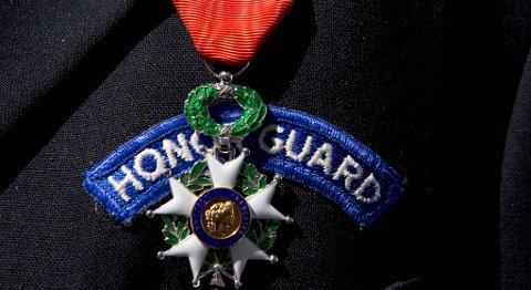Slik ser æresmedaljen «Chevalier de la Legion D`Honneur» ut. På engelsk heter medaljen  «French Knight in the Order of the Legion».