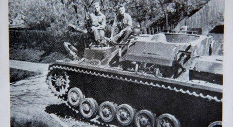 John Pettersen til høyre, på en forlatt tysk tanks.
