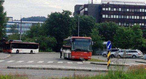 Flere ganger har fyllingsdølen (31) gått på busser her ved holdeplassen ved kjøpesenteret Oasen og skapt røre.