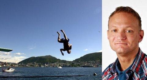 Varm - varmere - Bergen! BA-journalist Eirik Langeland Fjeld prøver å kjøle seg ned.
