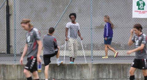 Amin Askar stilte på trening med krykker etter at han knakk foten i kampen mot Aalesund fredag.