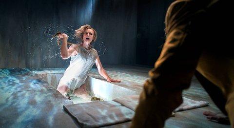 Ida Cecilie Klem gjør en av sine beste rolletolkninger som Medea. Hun kjemper på scenen.