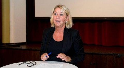 Næringsminister Monica Mæland bør sette av noen millioner til å øke folks kunnskap om børsen, mener styrelederen i Aksjonærforeningen.