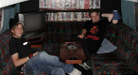 Tarjei Strøm og Thomas Lønnheim i en turnebuss med mye videofilmer i 2002.