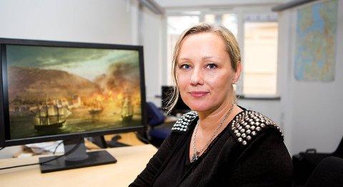 -Brannen i 1702 har aldri vært skildret visuelt før, sier forfatter                May Lis Ruus. Vegard Strømmen har malt bildet til de to bøkene i romanserien hennes som handler om brannen. Serieromanene har et totalopplag hittil på 938 430.