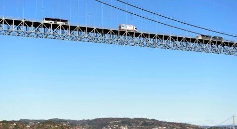 Wik Transport på vei over Sotrabroen. Det vil skje mye sjeldnere fremover.